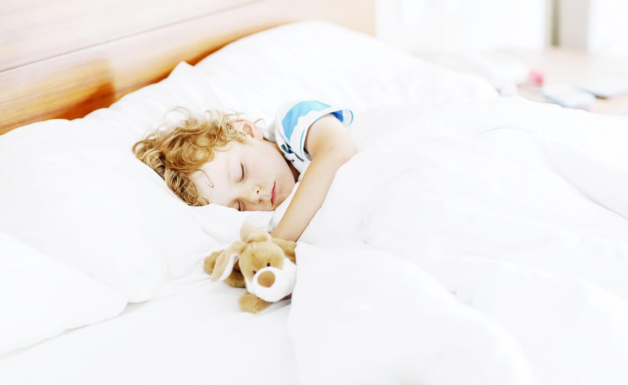 Причины, по которым ребенок во сне вздрагивает, могут быть самые разные и зависеть от его возраста.