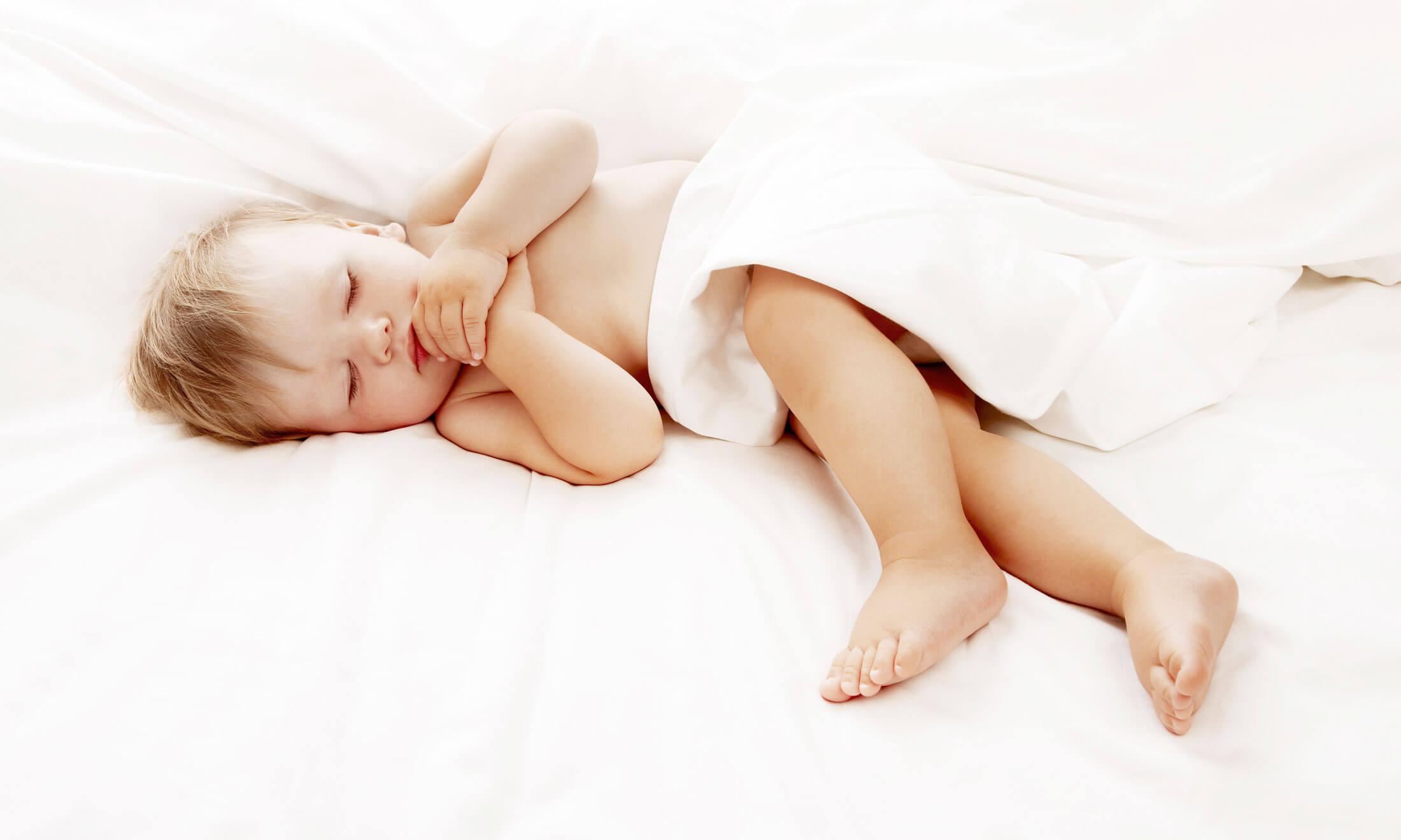 Ребенок беспокойно спит ночью, если он начинает заболевать.