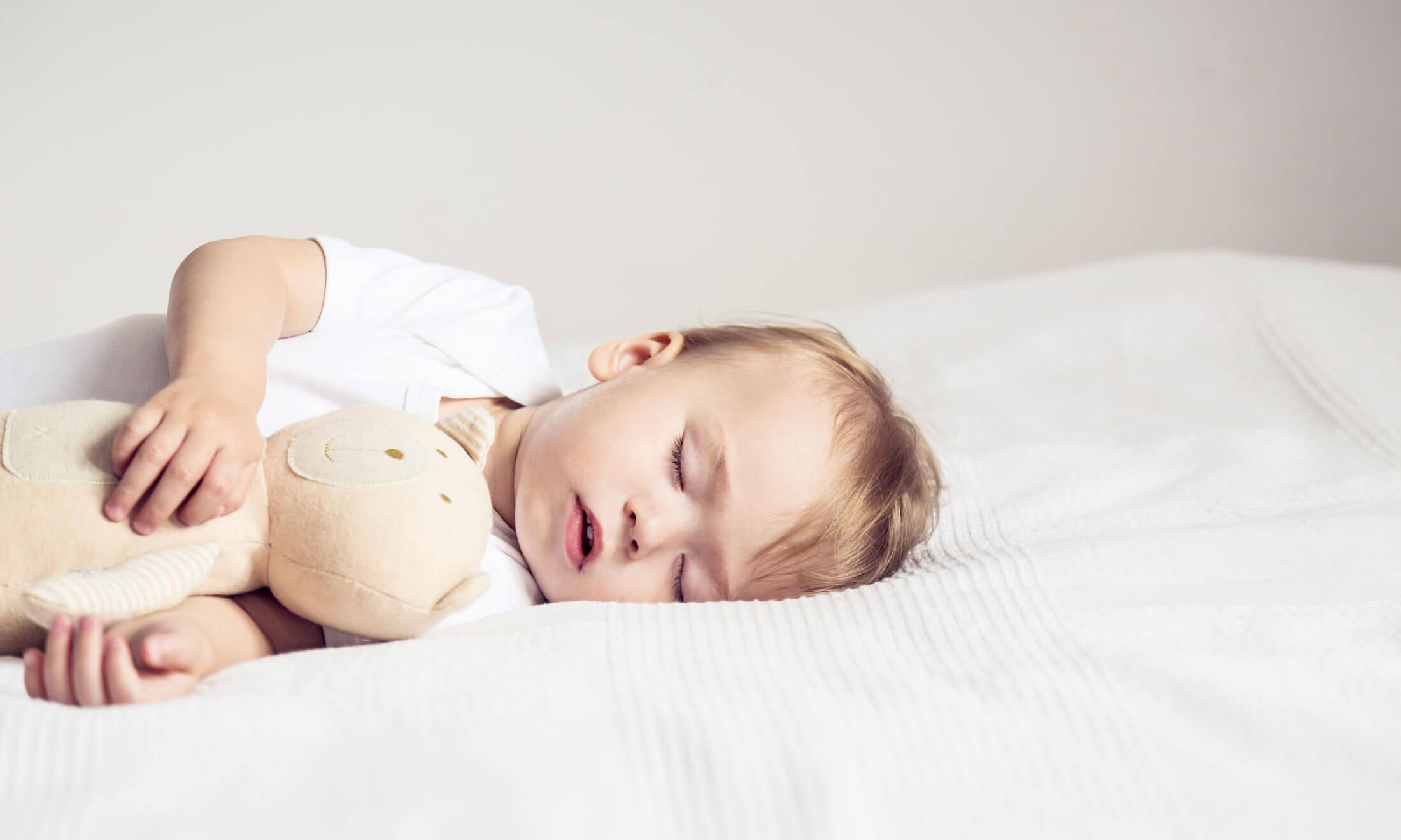 Родителей должно насторожить, если ребенок кашляет, когда ложится спать, более 2 недель или симптом не угасает и развивается с новой силой после перенесенных инфекционных патологий.